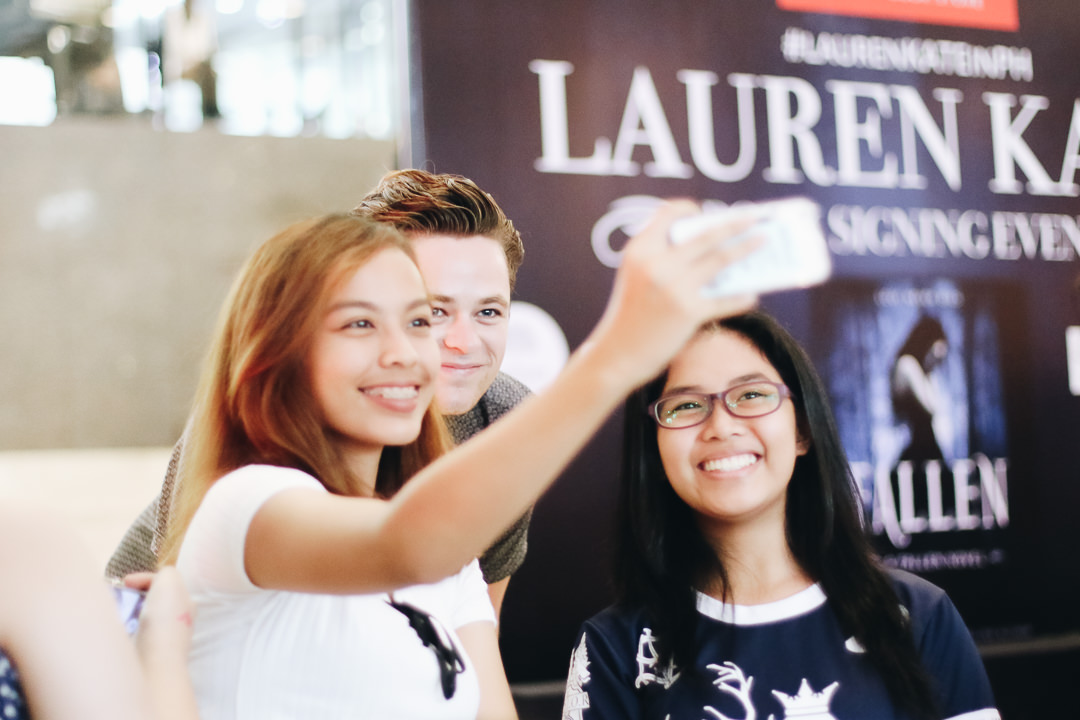 harrison-gilbertson-as-cam-briel-poses-with-filipino-fans-in-manila